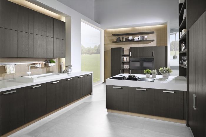 modèle de cuisine blanche avec meubles en bois foncé et comptoir blanc, exemple éclairage sous meuble néon