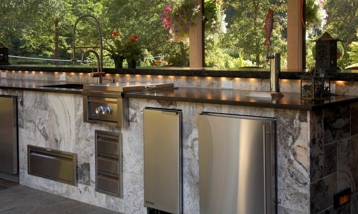 exemple comment aménager une cuisine en longueur extérieure, modèle d'équipement de cuisine en matériel résistant