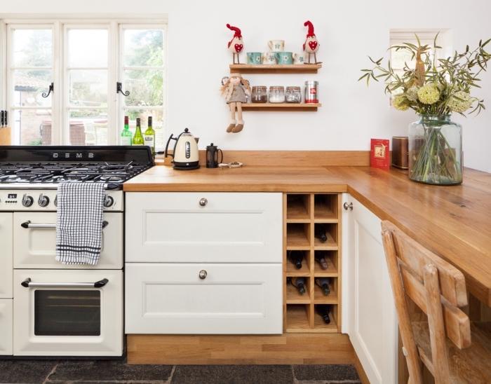 aménagement cuisine en L avec plancher gris anthracite et peinture murale blanche, idée meuble rangement cuisine en bois clair