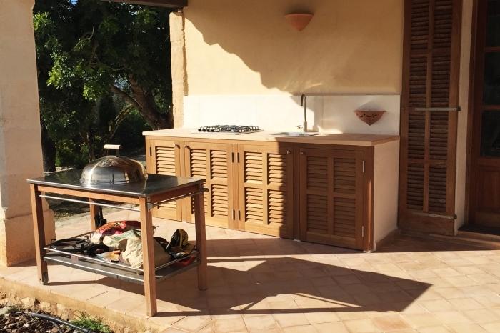 exemple cuisine de bois extérieure avec robinet et plancha à gaz, meuble cuisine de jardin avec armoires de bois