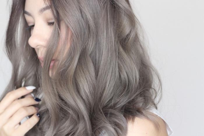 coloration de cheveux tendance gris cendré sur cheveux de base foncé, manucure ongles longs en blanc et noir