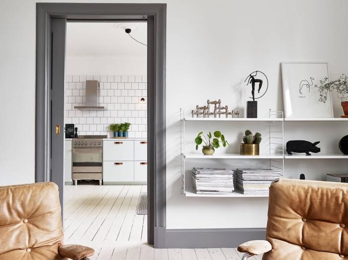 encadrement de porte peint de la mêle couleur que les plinthes pour un joli accent gris dans l'intérieur scandinave épuré