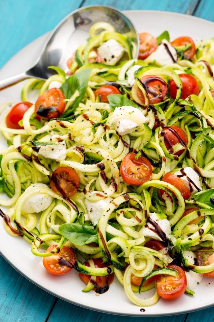 idée de repas minceur idéal pour l'été, recette salade composée légère et healthy de nouilles de courgettes, tomates cerises et basilic