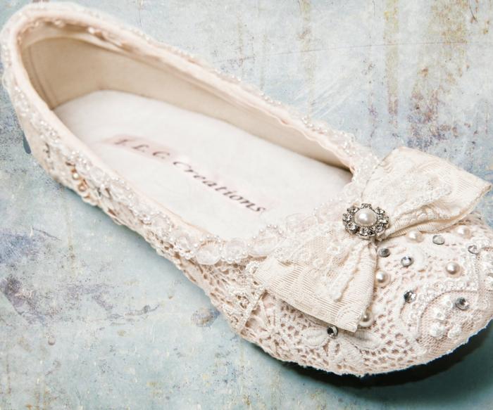 chaussures ivoire, escarpin ivoire, dentelle de Bruxelles avec des sequins brillants, chaussure ceremonie femme, nœud devant avec perle entourée de zirconiums