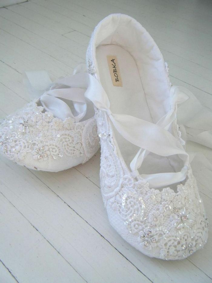 chaussure plate mariage, ballerines blanches en minuscules perles blanches avec des lacets en soie blanche qui s'enroulent autour de la cheville, chaussure ceremonie femme