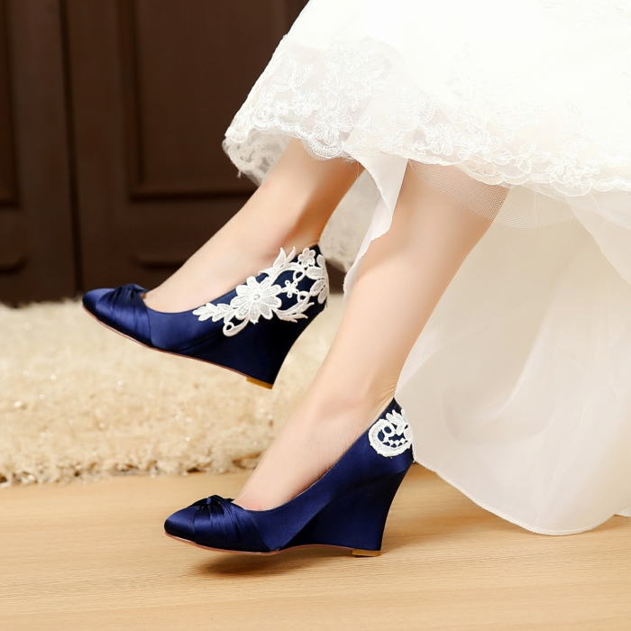 chaussure de mariée confortable, robe blanche avec des ourlets en dentelle, pieds habillés en satin bleu roi, chaussure femme mariage