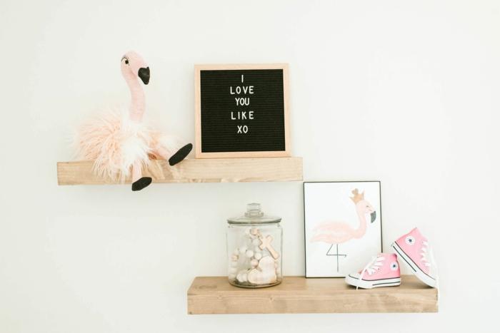 accessoire flamant rose, étagères en bois clair sur un mur blanc crème dans  une chambre Déco