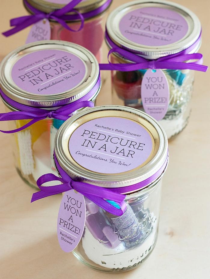 pot en verre décoré de ruban violet, rempli de produits soin ongles, idée de cadeau fin d année maitresse a faire soi meme