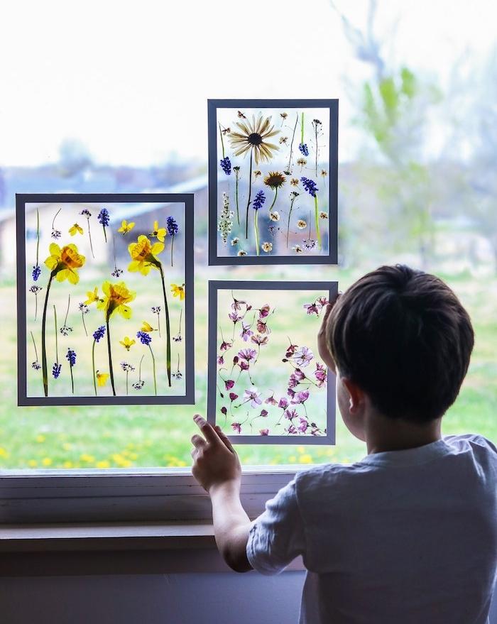 cadeau maitresse et atsems, cadres en verre avec des fleurs colorées collées dessus, decoration a faire soi meme, cadeau maitresse diy