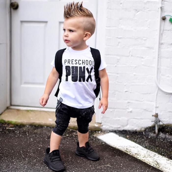 coiffure petit garçon rock, avec des cheveux de dessus hérissés longs en crête et cotés rasés, tenue punk