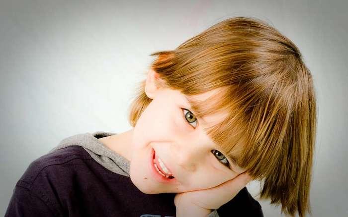 modele coupe cheveux enfant, cheveux mi long avec une frange longue, couleur blond foncé
