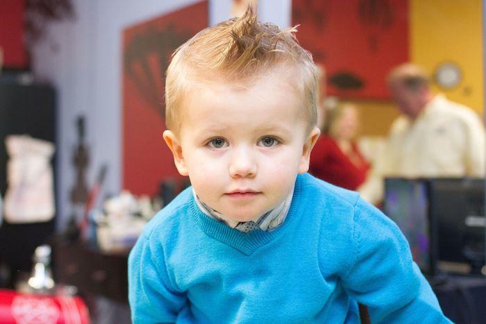 modele de coupe spike avec des cheveux hérissés de dessus, petit garçon aux cheveux blond