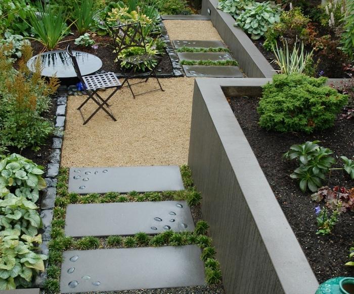 decoration jardin terrasse avec un chemin en dalles, terrasse revêtue de gravier, chaises métalliques, petit bassin d eau, arbustes verts