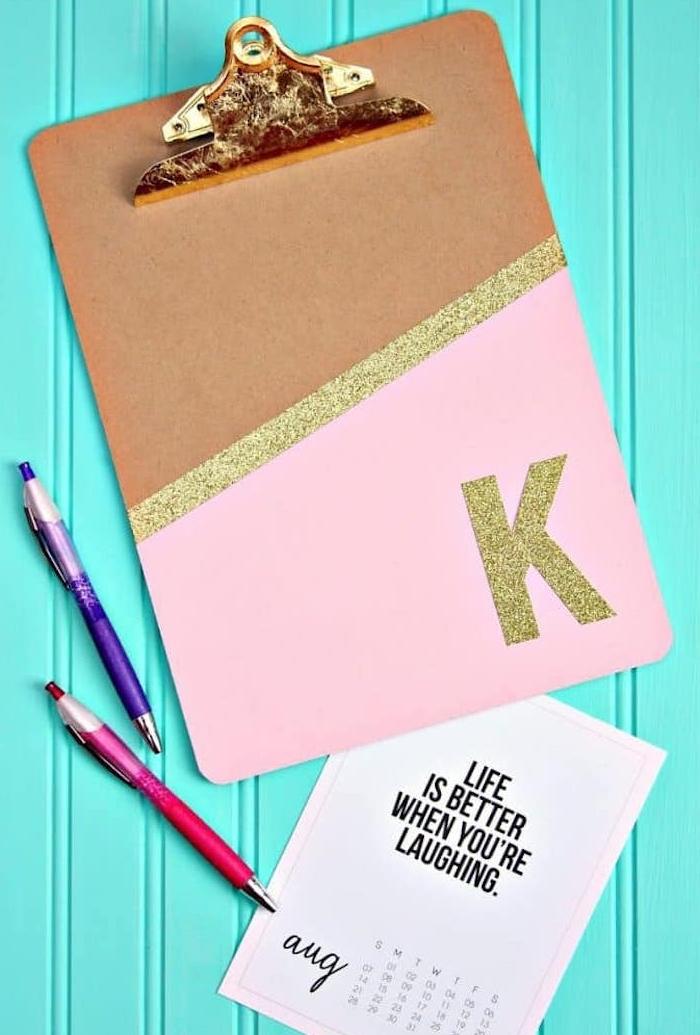 cadeau pour maitresse a faire soi meme porte bloc personnalisé de peinture, bande et lettre paillettes or, cadeau maitresse personnalisé