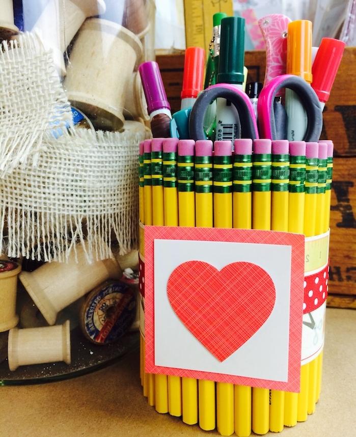 pot à crayon diy en crayons collés ensemble pour ranger des fournitures de bureau, cadeau maitresse fin d année