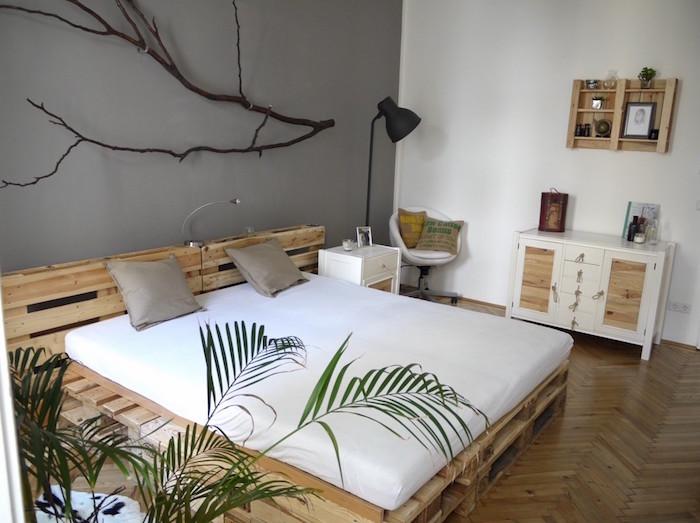 grand lit double adultes king size avec tete en palettes dans chambre déco nature avec mur blanc et gris