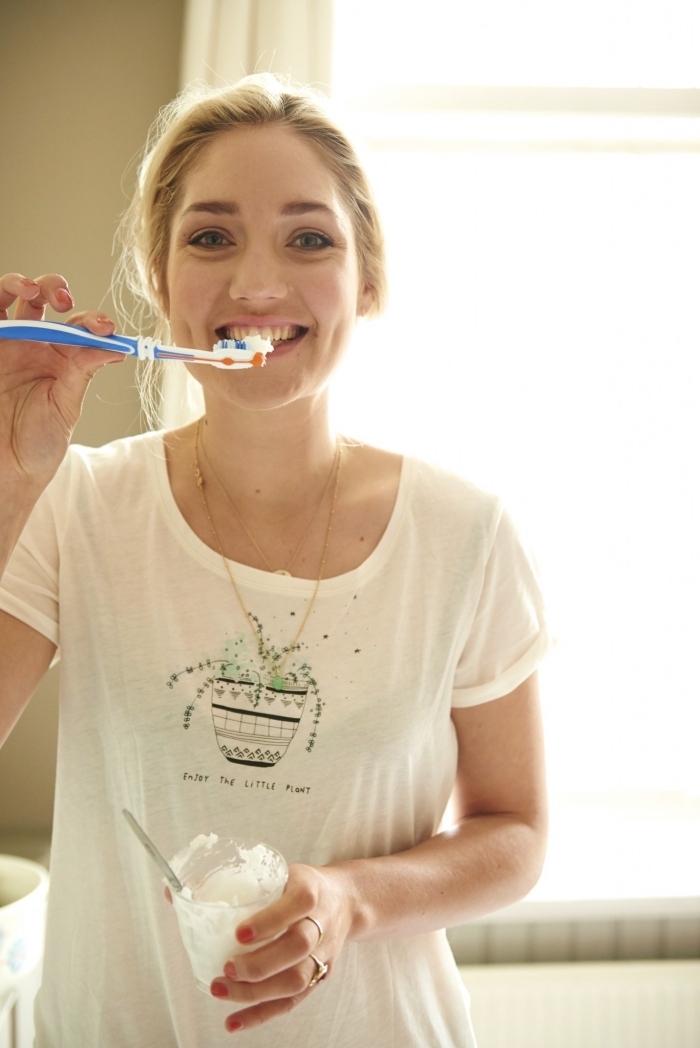 recette simpel et rapide de dentifrice bicarbonate de soude, huile de coco, stévia et huile essentielle de menthe