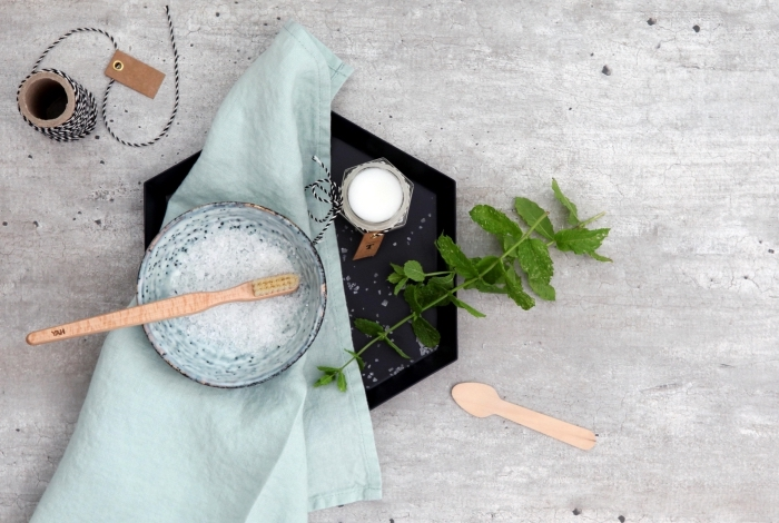idée pour un cadeau de noël pratique et original à faire soi-même, fabriquer dentifrice aux ingrédients naturels à offrir comme cadeau personnalisé