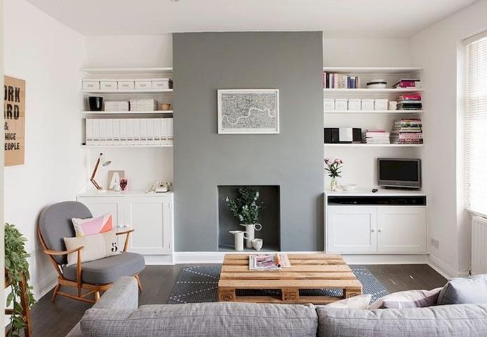 une petite touche industrielle dans le salon scandinave moderne avec une table palette d'aspect brut