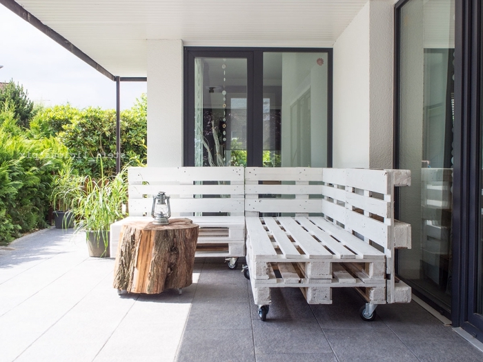 déco de coin extérieur avec mobilier en palette facile à faire soi-même, modèle de table ronde en tronc de bois