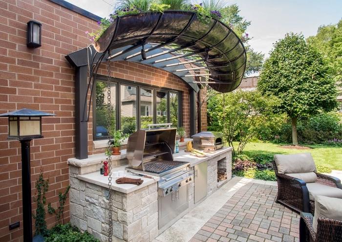 idée comment faire une petite cuisine d'été sur la façade de la maison avec couverture et équipement de matériaux résistants