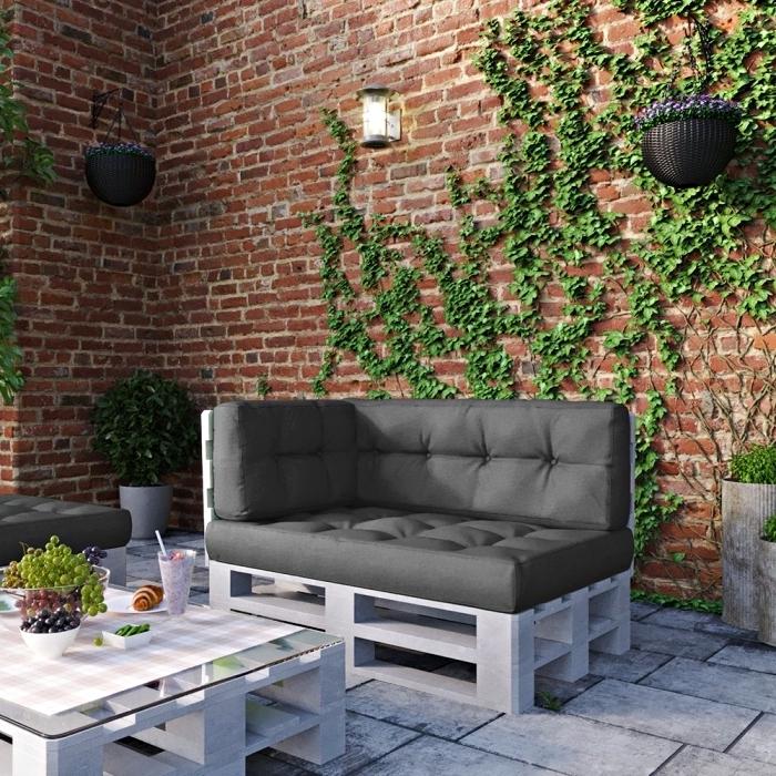 exemple de mur végétal extérieur dans un coin de jardin stylé aménagé avec meubles table basse et canapé diy