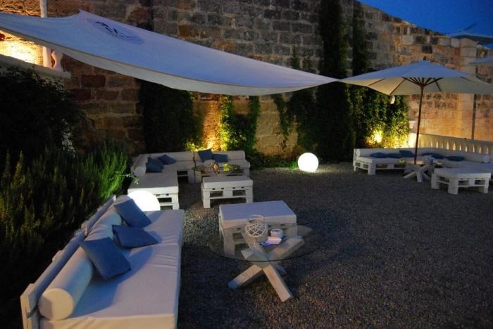 idée quel type d'éclairage choisir pour décorer son jardin, aménagement coin extérieur avec meubles en palette
