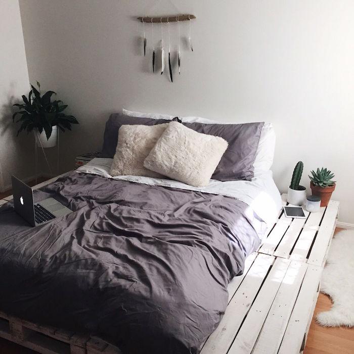 lit en palette de bois diy comme sommier blanc pas cher avec palettes larges comme table chevet et déco cactus