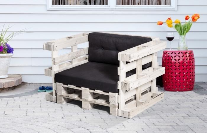 modèle de fauteuil fait main avec palettes de bois et housse noire, idée comment fabriquer meuble avec palettes