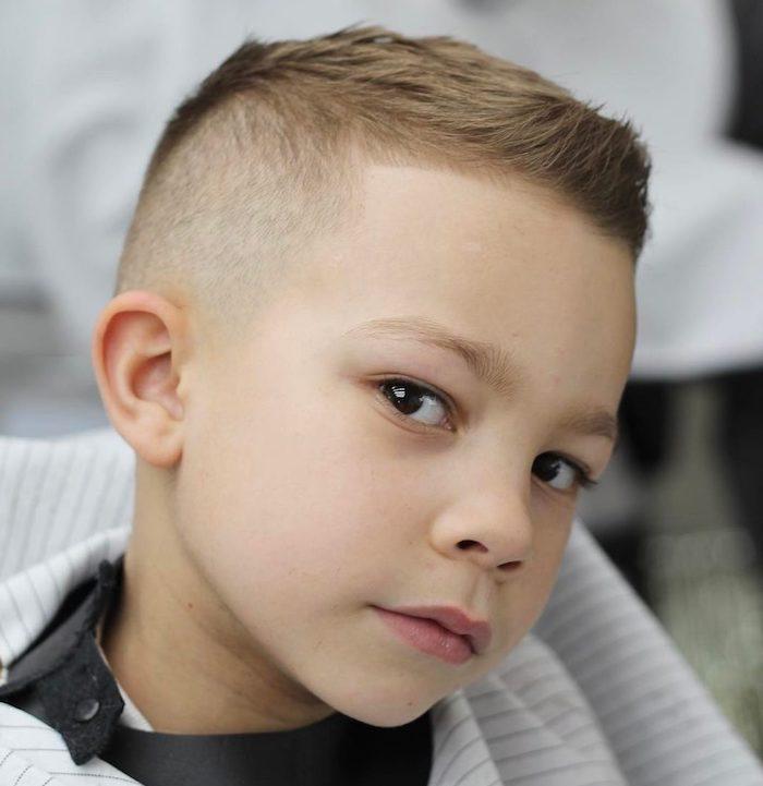 cotés rasés et dessus un peu plus long avec une petite frange hérissée, visite chez le coiffeur