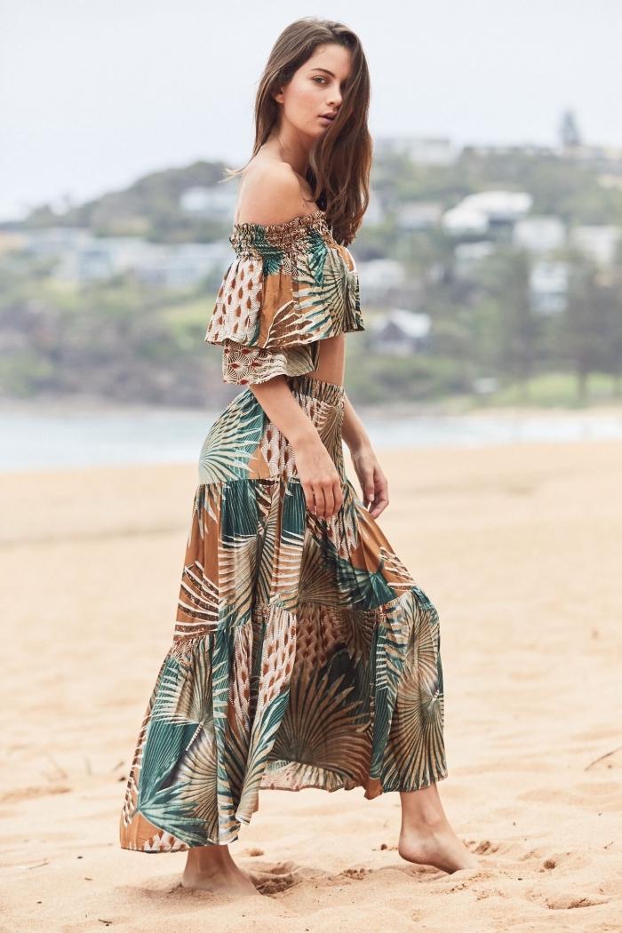 modèle de jupe longue été et top crop assorti aux manches tombantes, tenue boho chic aux motifs feuilles marron et vertes