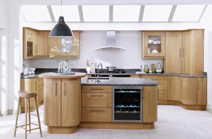 idée décoration de cuisine blanche et bois avec fenêtres de plafond et carrelage de sole blanc, modèle de cuisine avec ilot centrale