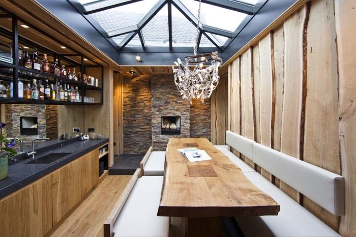 déco de style rustique et moderne avec plafond gris anthracite et parquet bois, rangement cuisine meuble fer