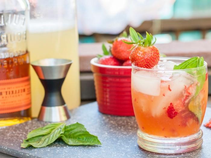 comment faire une citronnade avec fraises et jus de citron garni de glaçons et petits fruits, idée boisson froide d'été