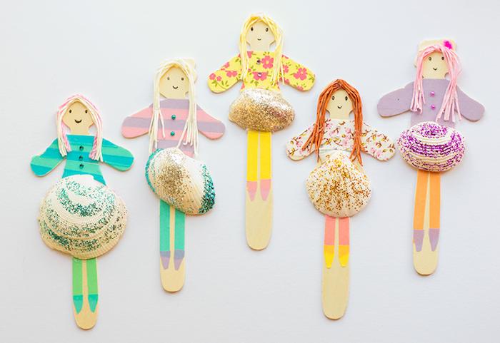activité manuelle 4 ans, petites poupées en batonnets de bois avec des jupes en coquilles et des cheveux en fils de laine