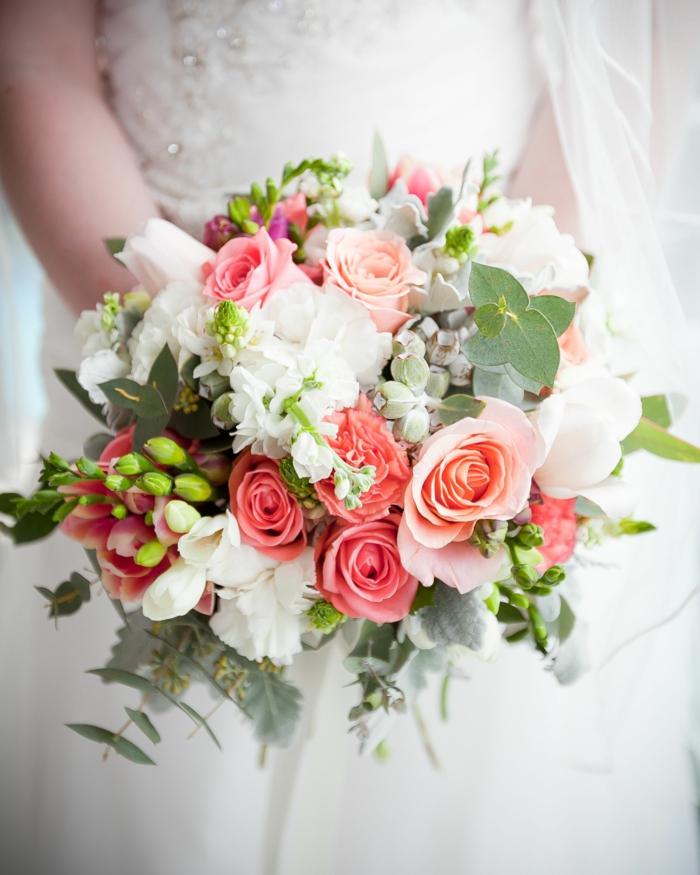bouquet champêtre en rose et blanc, feuillage vert, bouquet fleurs douces et délicates