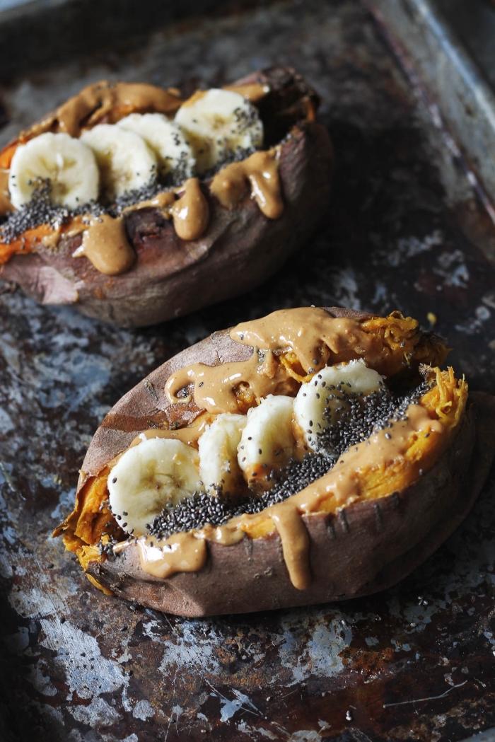 régime vegan recette de patate douce au four garnie de banane, beurre de cacahuète et graines de chia