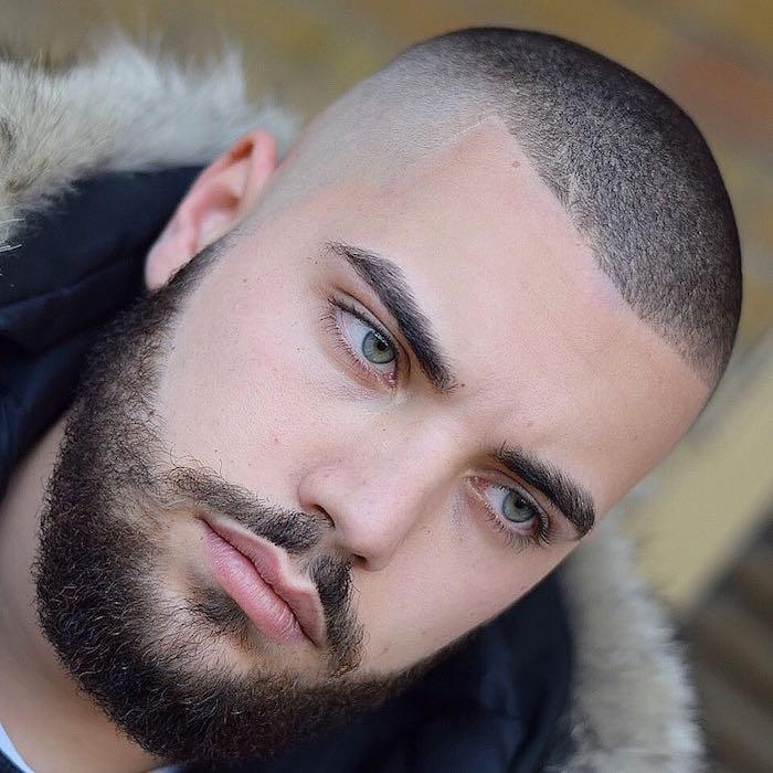 coupe tres courte homme avec dégradé haut court et barbe et yeux verts