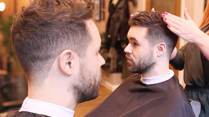 modele de fondu coupe de cheveux homme courte avec dessus coiffé et barbe courte