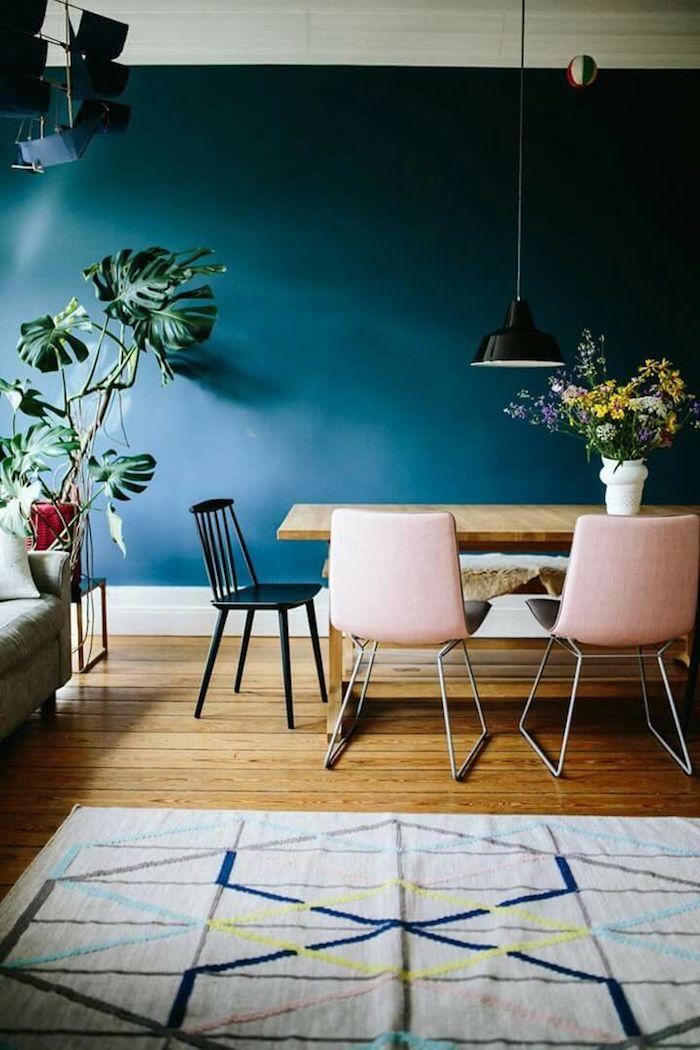 Mur bleu chaises roses tapis géométrique plantes vertes salle à manger deco rose poudré peinture deco rose pale originale