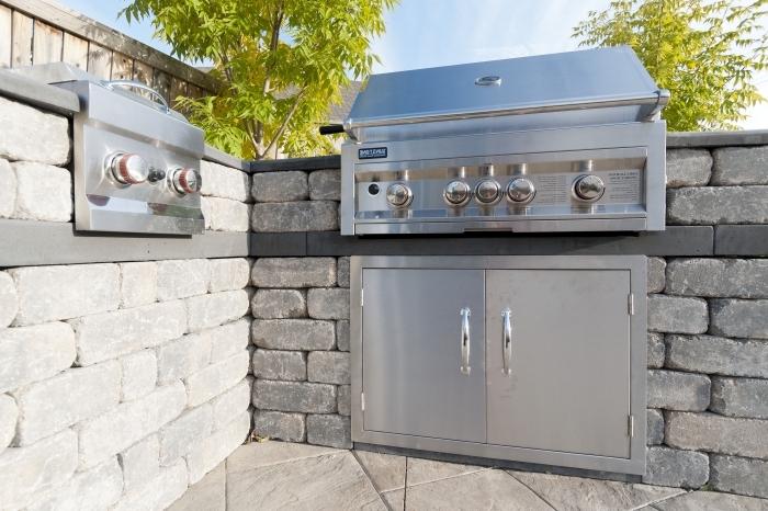 joli décoration de cuisine été aux matériaux bruts avec équipement résistant en acier inoxydable barbecue et plancha électrique