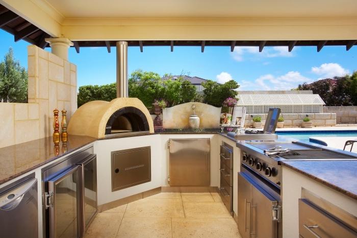 modèle de cuisine couverte avec équipement en inox, idée comment aménager une cuisine d'été au bord de la pisciine