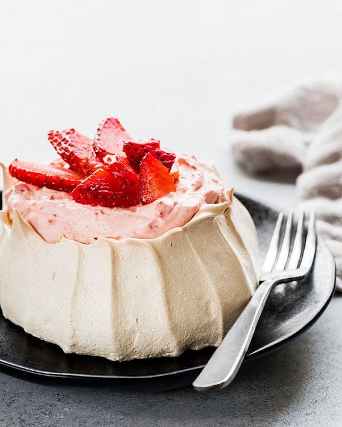 Gateau facile et rapide gateau anniversaire facile gâteaux d'anniversaire pour enfant pavlova avec fraises