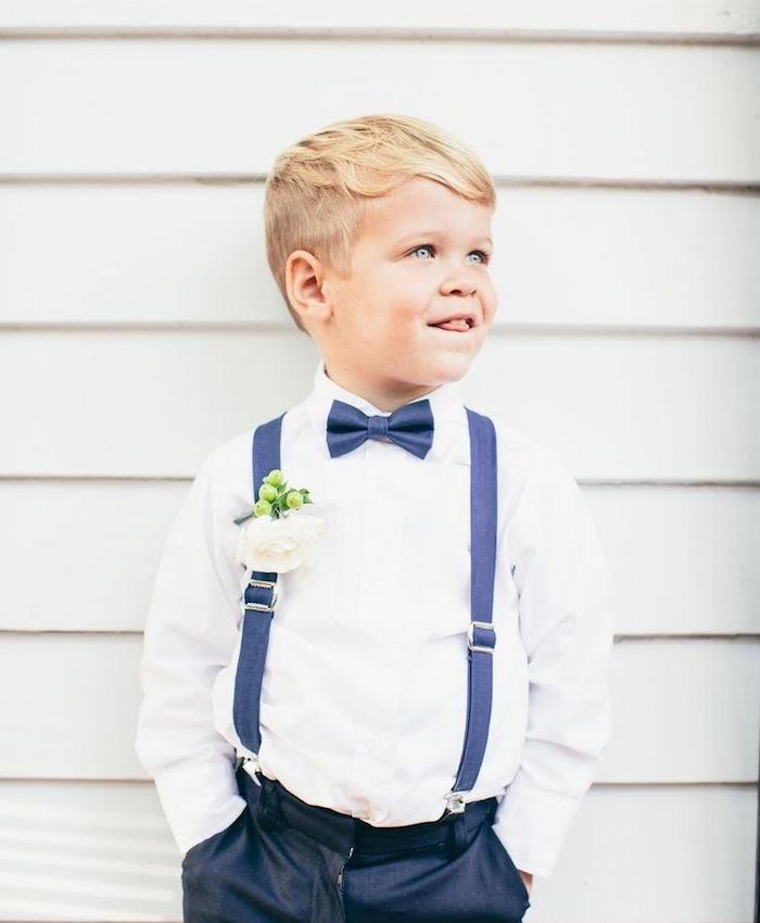cotés courtes type dégradé et un dessus long avec une frange de coté, bretelles, pantalon gris anthracite et chemise blanche