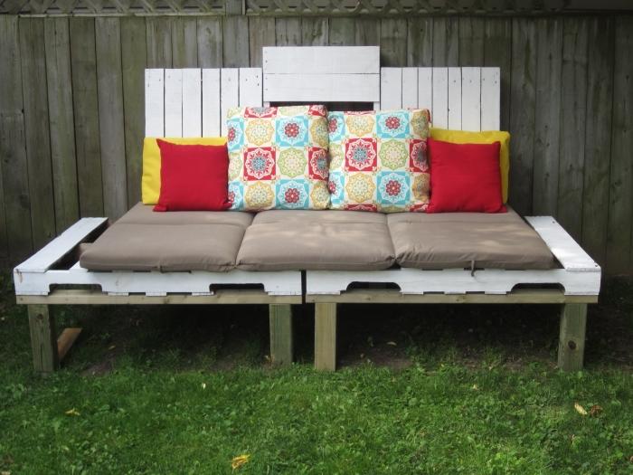 idée comment décorer un mobilier de bois fait main avec plusieurs housses et coussins de couleurs neutres ou vibrantes