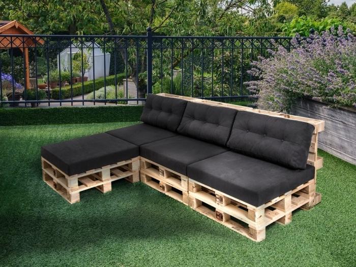 exemple comment décorer un coin extérieur avec meuble en bois de palette couvert de housse siège et dos noire