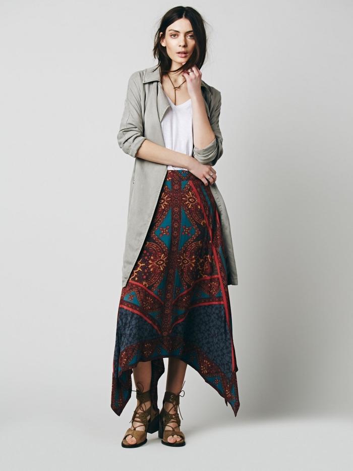 mode femme hippie chic en jupe longue de couleur bleu et marron combiné avec top blanc et blazer long en gris clair
