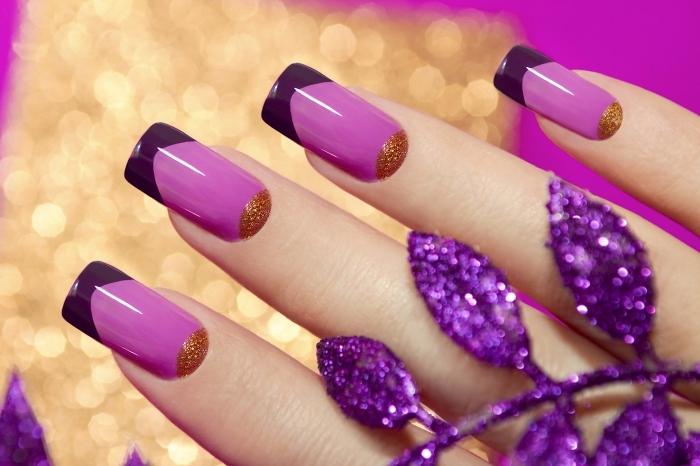 nail art à design français avec vernis de base violet clair et bouts en vernis violet foncé à déco demi-lune en or