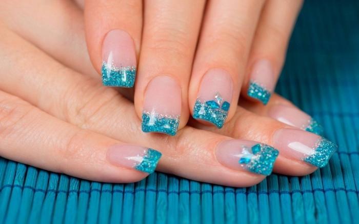 modele ongle nail art en bleu turquoise et argent, exemple de french manucure à base transparente et bouts bleus