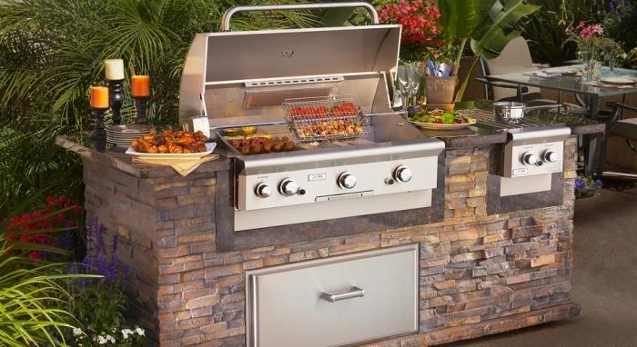 modèle de barbecue pour cuisine d'été dans le jardin encastré avec ilot en pierre, plancha électrique en inox